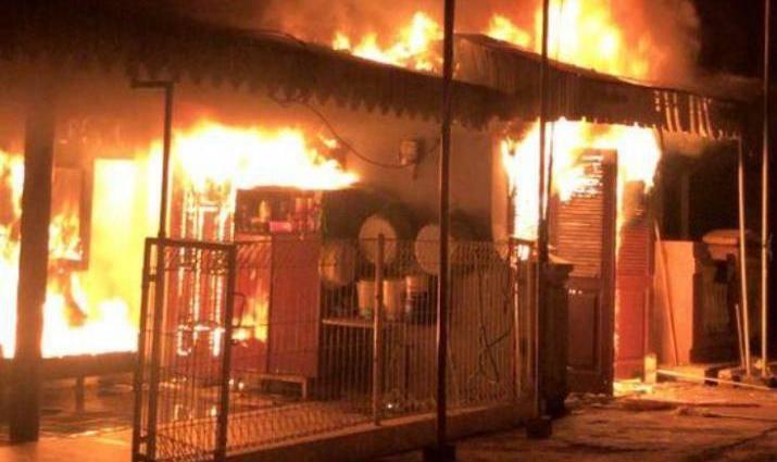 Kebakaran terjadi di salah satu rumah warga bernama Hartanto Banji di Kelurahan Ngantru, Kabupaten Trenggalek. (Foto: Zamz/Tugu Jatim)