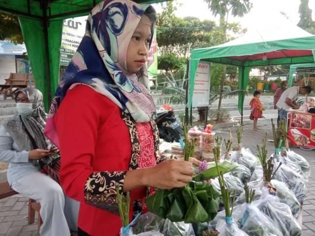 Efi  sudah menjual Tape Ketan Pelangi hingga ke luar kota. (Foto: Mila Arinda/Tugu Jatim)