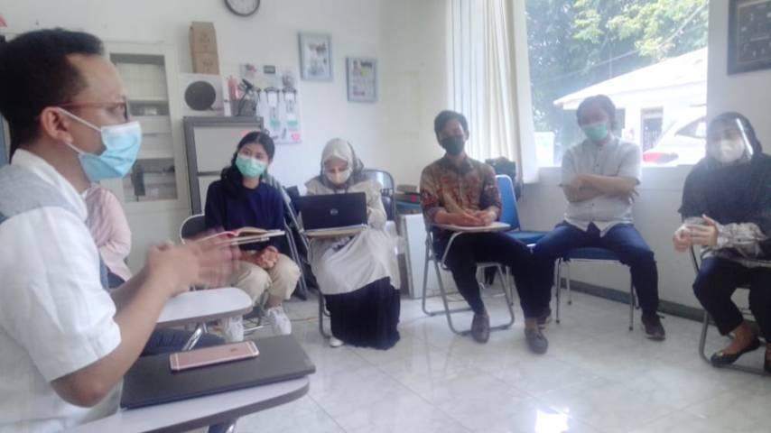 Rico Juni Artanto selaku Konsultan CSR Pendidikan PT Paragon Technology and Innovation saat sharing bersama Tugu Media Group. (Foto: Dimas Ari/Tugu Jatim)