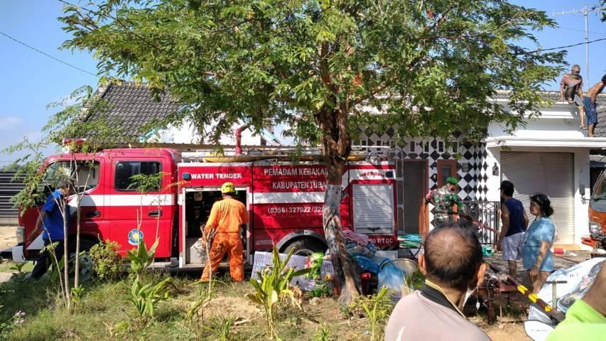 Petugas Damkar Tuban setelah proses pemadaman api. (Foto: BPBD Tuban/Tugu Jatim)