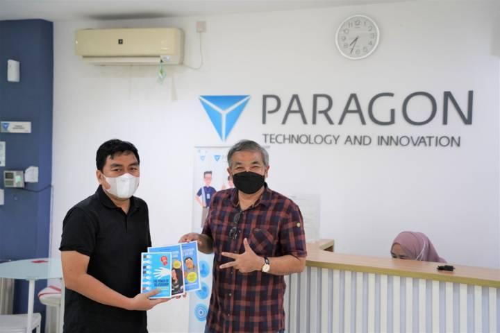 Pakar Komunikasi dan Motivator Nasional Dr Aqua Dwipayana memberikan buku karyanya kepada CEO Paragon Salman Subakat.(Foto: Dokumen/Tugu Jatim)