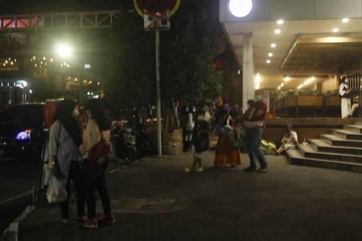 Pengunjung Kediri Mall tampak keluar mal saat terjadi gempa. (Foto: Rino/Tugu Jatim)