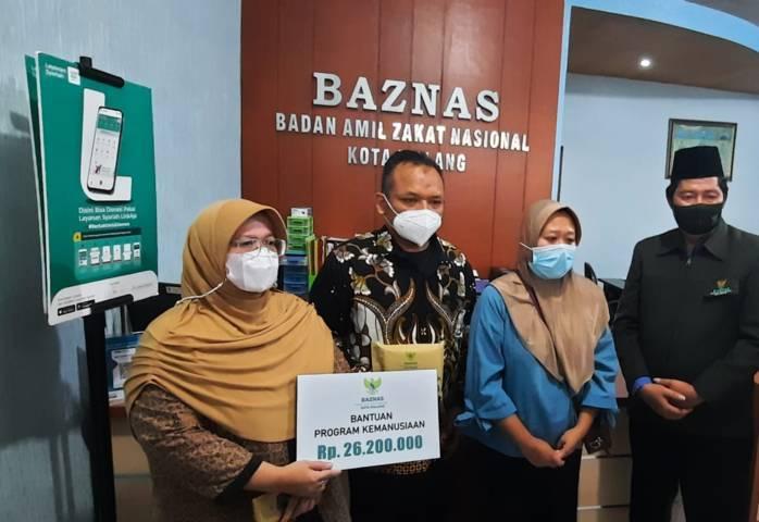 Kepala Baznas Kota Malang Sulaiman memberikan bantuan dana pelunasan secara simbolis kepada guru TK korban pinjol, Jumat (21/05/2021). (Foto:Azmy/Tugu Jatim)