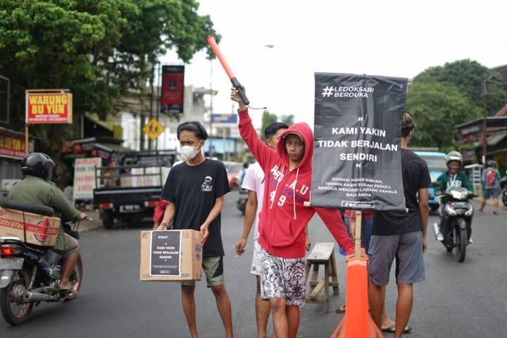 Pemuda Ledoksari, Malang menggalang donasi di jalan untuk korban laka mobil pikap yang terjadi di Poncokusumo pada Rabu (26/5/2021) lalu. (Foto: Istimewa)
