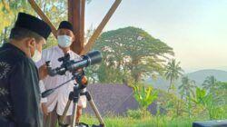 Proses pengamatan rukyatul hilal di Menara Rukyatul Hilal, Desa Banyuurip, Kecamatan Senori, Kabupaten Tuban, Jawa Timur, Selasa petang (11/05/2021). (Foto: Humas Kemenag Tuban)