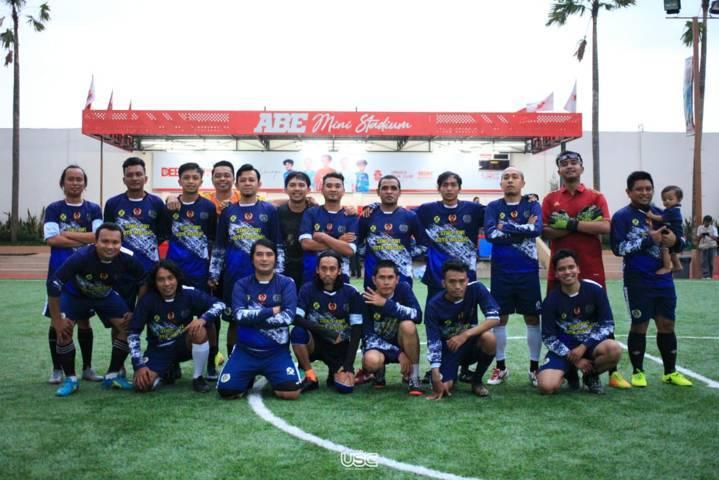 Para pemain JMR Football Club berfoto bersama di lapangan Mini Soccer di Abe Mini Stadium, Unggul Sports Center Malang, Rabu (5/5/2021). (Foto: Dokumen/Unggul Sports Center Malang)