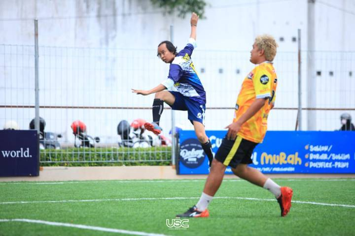 Pemain JMR Football Club (jersey biru) saat menjajal lapangan Mini Soccer di Abe Mini Stadium, Unggul Sports Center Malang, Rabu (5/5/2021). (Foto: Dokumen/Unggul Sports Center Malang)