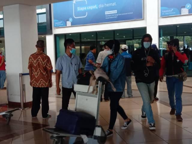 Suasana lalu lalang penumpang di Bandara Juanda, Rabu (05/05/2021). (Foto: Dimas Ari/Tugu Jatim)
