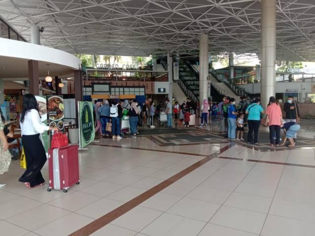 Suasana lalu lalang penumpang di Bandara Juanda, Rabu (05/05/2021). Di mana terjadi adanya peningkatan kedatangan penumpang. (Foto: Dimas Ari/Tugu Jatim)