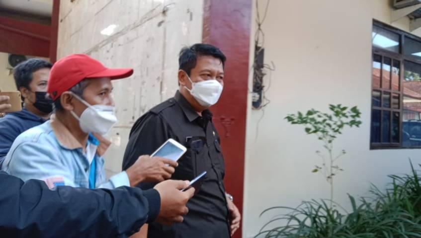 Eks Kepala BKD Nganjuk, Sopingi yang kini menjabat sebaagai Kadisdik Nganjuk terlihat di sekitar kantor BKD Nganjuk yang baru saja digeledah oleh penyidik dari Bareskrim Polri, Senin (10/5/2021) pagi. (Foto: Rino Hayyu/Tugu Jatim)