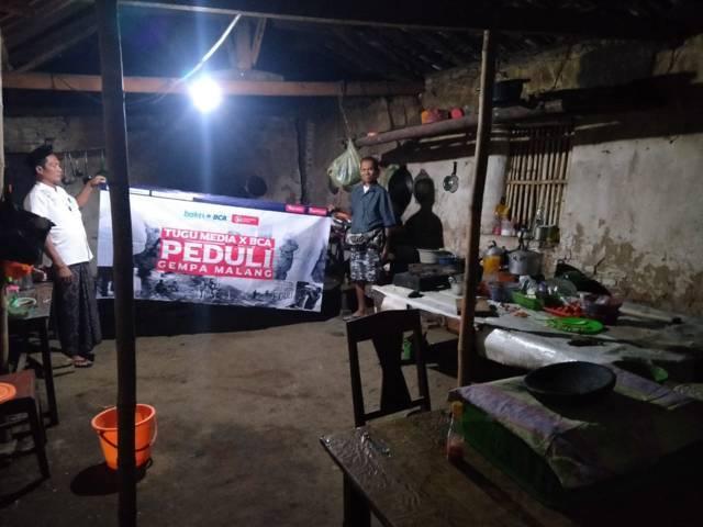Penyaluran donasi Tugu Media Peduli dan Bakti BCA pada korban gempa Malang di Kecamatan Kalipare, Kabupaten Malang, Rabu (26/5/2021). (Foto: Rizal Adhi/Tugu Jatim)