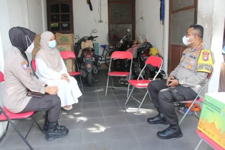 Kapolrestabes Surabaya, Kombes Pol Johnny Eddizon Isir, bersama Wakapolrestabes dan beberapa pejabat utama melaksanakan Anjangsana kepada keluarga prajurit TNI yang gugur dalam tugas di perairan selat Bali, Selasa (04/05/2021)