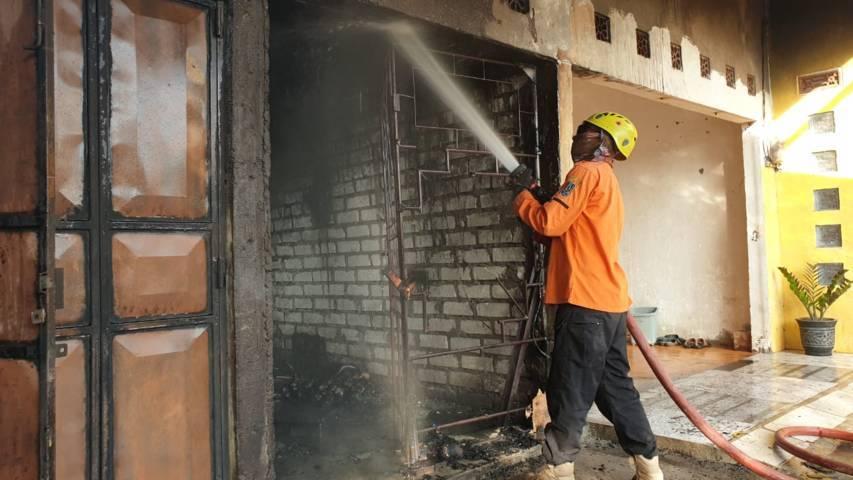Petugas pemadam kebakaraan berusaha memadamkan api di sebuah rumah warga di Kecamatan Bancar, Kabupaten Tuban. (Foto: BPBD Tuban)