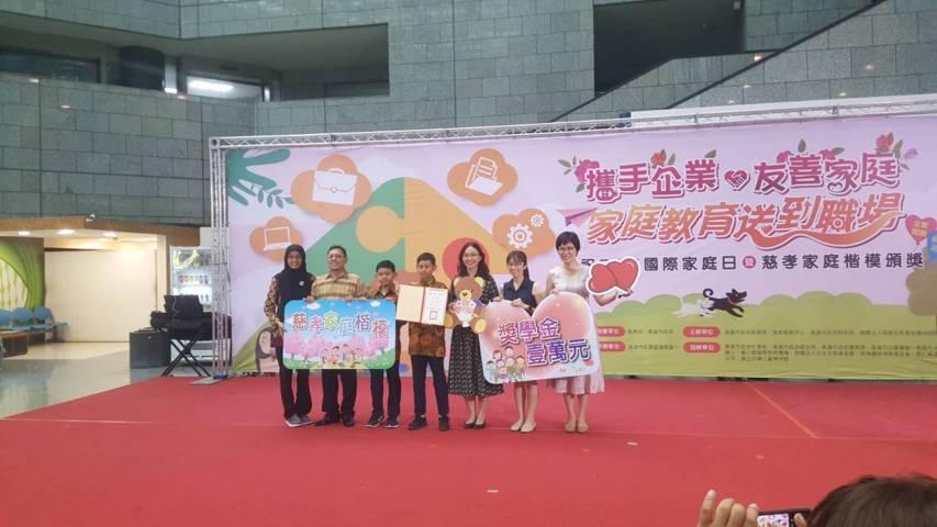 Keluarga Tresno Santoso saat menerima penghargaan model keluarga kesalehan berbakti ke-110 dari Education Bureau, Kaohsiung City Government-Taiwan Republic of China. (Foto: Dokumen)