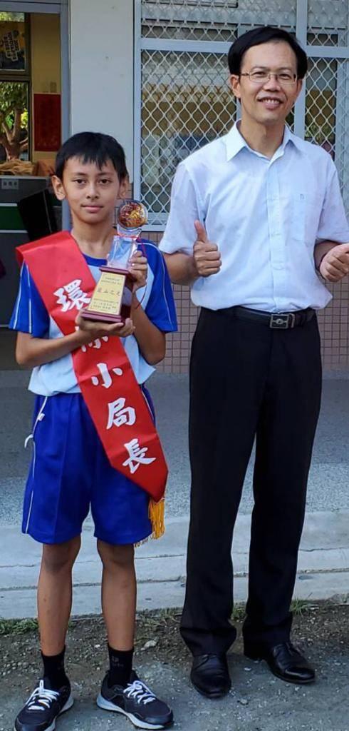 Habibi sebagai pengurus perlindungan lingkungan bersama kepala sekolah Kaohshiung Municipal Gushan Elementary School (Gao Yushan 高玉山). (Foto: Dokumen)
