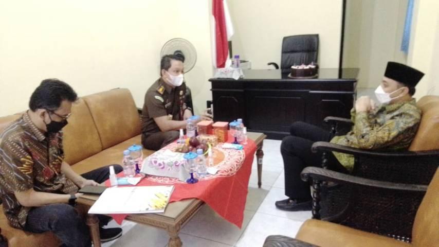 Wali Kota Surabaya, Eri Cahyadi ketika mengunjungi Kelurahan Pegirian untuk mengetahui persoalan apa yang dikeluhkan oleh warga setempat, Kamis (27/05/2021). (Foto: Rangga Aji/Tugu Jatim)