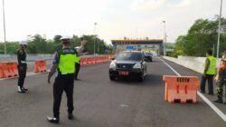 Penyekatan kendaraan plat luar kota di Pintu Exit Tol Madyopuro Kota Malang, Jumat (7/5/2021). (Foto: M Ulul Azmy/Tugu Malang/Tugu Jatim)