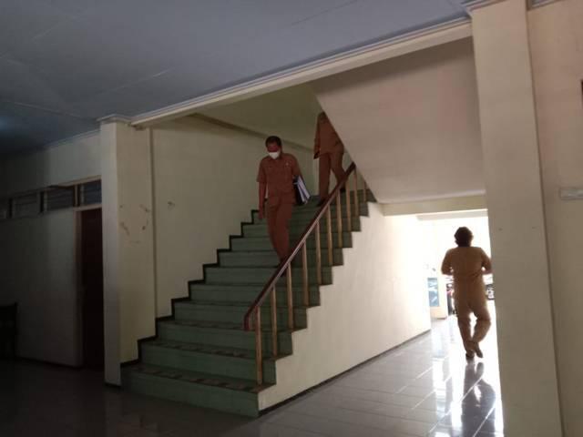 Kepala BKD Nganjuk, Adam Mujiharto ketika turun dari lantai dua usai kantornya digeledah oleh penyidik Bareskrim Polri selama kurang lebih satu jam, Senin (10/5/2021). (Foto: Rino Hayyu/Tugu Jatim)