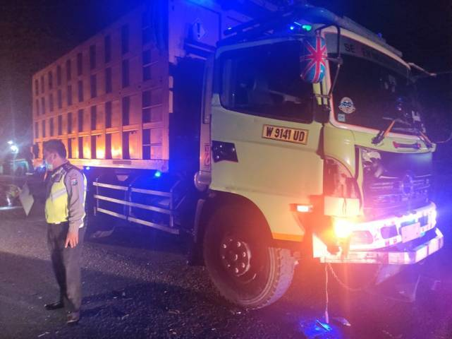 Petugas kepolisian saat proses evakuasi truk yang terlibat kecelakaan yang menewaskan 1 orang yang terjadi di jalan PT. Semen Indonesia, DesaTemaji, Kecamatan Jenu, Kabupaten Tuban, Jumat (7/5/2021) dini hari. (Foto: Humas Polres Tuban)