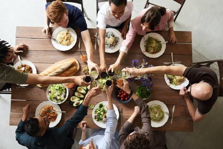 Ilustrasi mengisi libur lebaran bersama keluarga di rumah. (Foto: Pexels)