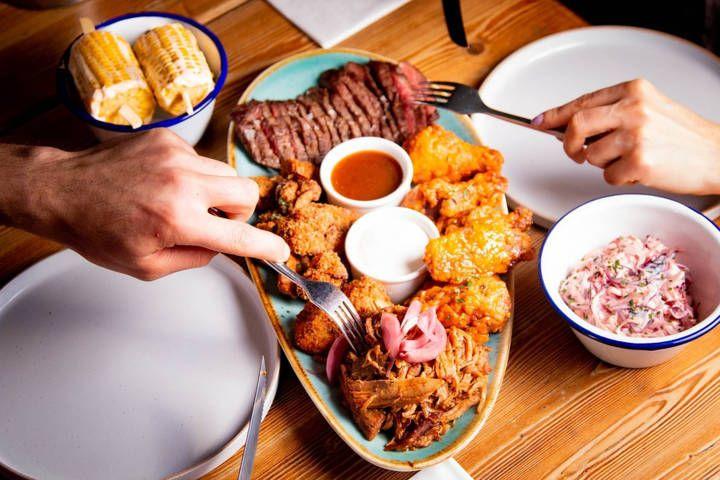 Ilustrasi makan terlalu banyak saat Lebaran yang berakibat buruk bagi kesehatan. (Foto: Pixabay)