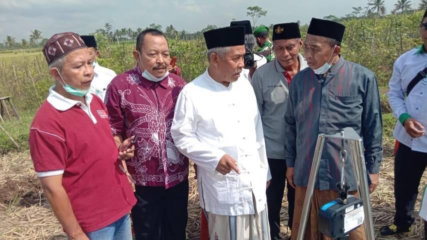 Ketua PWNU Jatim, KH Marzuki Mustamar saat mengunjungi hasil panen padi di Kecamatan Turen beberapa waktu lalu. (Foto: PWNU Jatim)