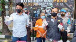 Wakasat Reskrim Polresta Malang Kota AKP Hendri Triwahyono saat konferensi pers ungkap kasus pencurian dalam keluarga, Selasa (11/5/2021). (Foto: M Ulul Azmy/Tugu Jatim)