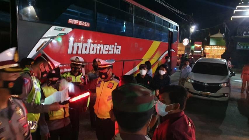 Petugas gabungan memeriksa bus dan kendaraan di perbatasan Jatim-Jateng wilayah Kabupaten Tuban untuk antisipasi warga yang nekat mudik. (Foto: Polres Tuban)