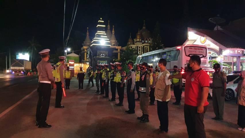 Jajaran petugas yang disiagakan untuk menghalau masyarakta yang nekat mudik di perbatasan Jatim-Jateng wilayah Kabupaten Tuban. Penyekatan akn dilakukan selama 24 jam penuh selama 12 hari. (Foto: Polres Tuban)