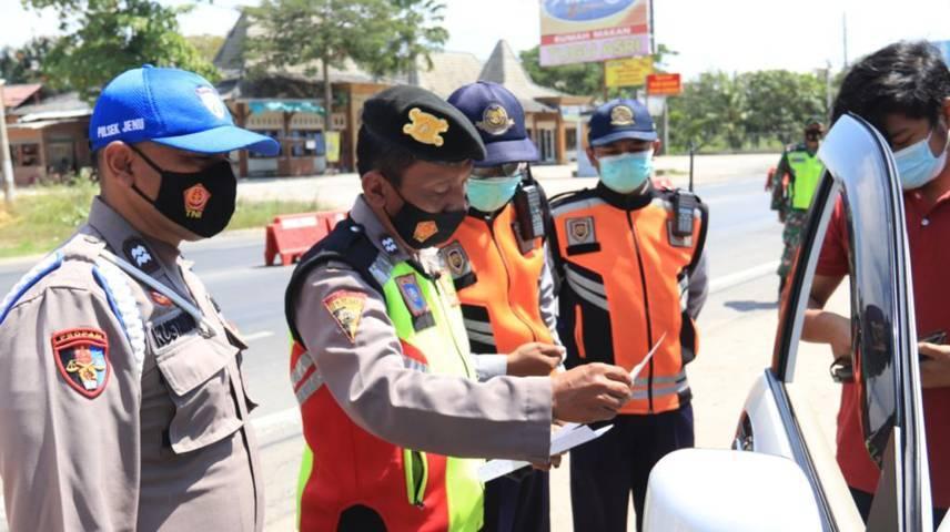 Petugas dari jajaran Polres Tuban ketika melakukan operasi penyekatan dan pengetatan perjalanan dalam Ops Ketupat 2021. (Foto: Humas Polres Tuban)