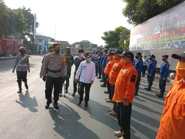 Forkopimda Kota Batu dalam Gelar Pasukan Ketupat Semeru 2021 di Alun alun Kota Batu, Rabu (5/5/2021). (Foto: M Sholeh/Tugu Malang/Tugu Jatim)