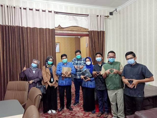 Kru PT Paragon Technology and Innovation saat berkunjung ke Disdikbud Kota Malang. (Foto: Feni Yusnia/Tugu Jatim)