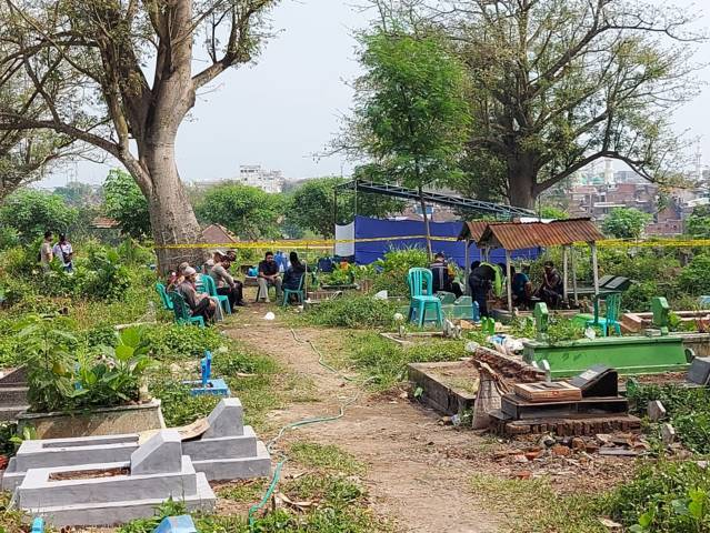 Proses pembongkaran makam jenazah di TPU Sukorejo Kota Malang. Sebelumnya, perempuan berinisal SC tersebut ditemukan meninggal di Bendungan Sengguruh, Kepanjen, Malang pada Maret 2021 lalu. (Foto: Istimewa) tugu jatim