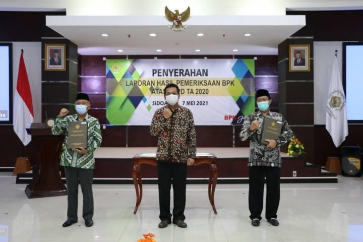 Fathul Huda dan Ketua DPRD Tuban, H.M. Miyadi menerima Opini WTP dari Kepala Perwakilan BPK Jawa Timur, Joko Agus Setyono di Kantor BPK Perwakilan Jawa Timur, Sidoarjo, Jumat (07/05/21). (Foto: Humas Pemkab Tuban)