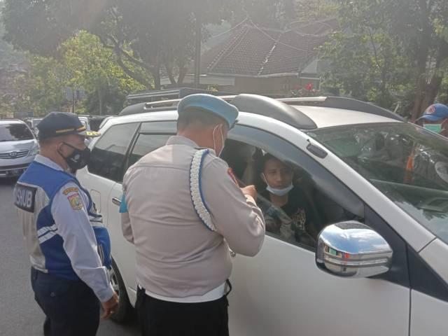 Petugas melakukan pemeriksaan kendaraan di jalur alternatif Kota Batu-Blitar, Minggu (9/5/2021). (Foto: M Sholeh/Tugu Malang/Tugu Jatim)
