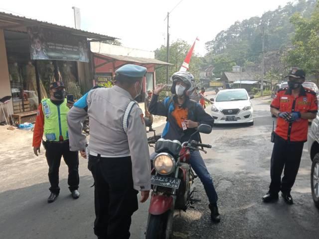 Jajaran petugas dari Polres Batu ketika melakukan pemeriksaan pengendara yang memasuki wilayah Kota Batu, Kamis (27/5/2021). (Foto: M Sholeh/Tugu Jatim)