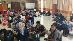 Para PMI yang transit dan melakukan karantina di Asrama Haji, Sukolilo, Surabaya dan dijemput oleh Dishub Tulungagung untuk dipulangkan, Jumat (07/05/2021). (Foto: Kominfo Jatim)