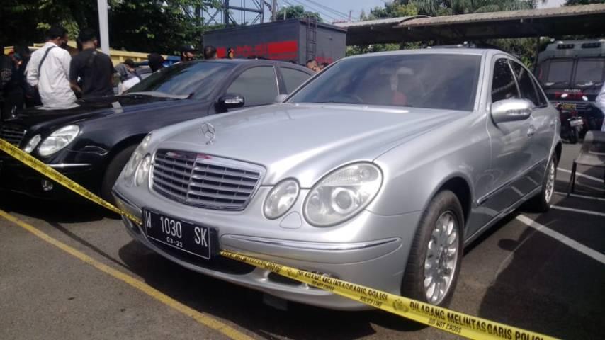 Polda Jatim juga ikut mengamankan beberapa mobil mewah dari kasus ini. (Foto: Rangga Aji/Tugu Malang)