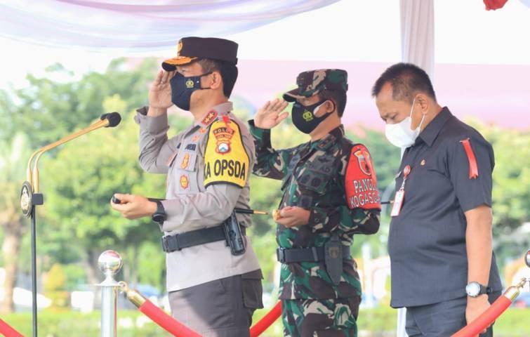 Forkopimda Jawa Timur menggelar Apel Gelar Pasukan Ops Ketupat Semeru yang dipimpin langsung oleh Kapolda Jawa Timur, Irjen Pol Nico Afinta dan didampingi Pangdam V Brawijaya dan Sekdaprov Jatim, Rabu (05/05/2021) pagi. (Foto: Humas Polda Jatim)