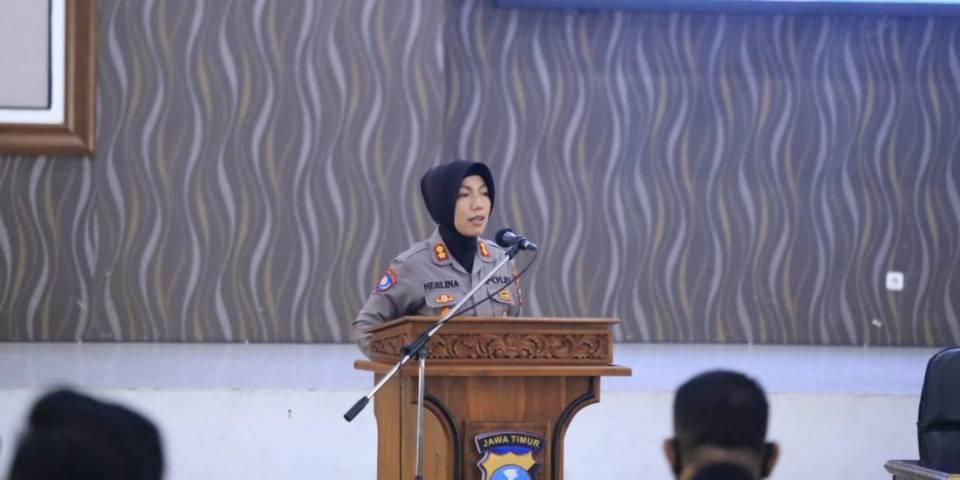 Satbinmas Polrestabes Surabaya melakukan Sosialisasi terkait Perpol No 04 Tahun 2020 di Gedung Bhara Daksa Polrestabes Surabaya, Kamis (27/05/2021). (Foto: Polrestabes Surabaya) tugu jatim