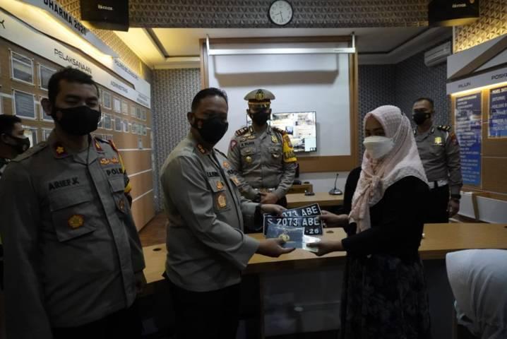 Penyerahan BPKB dan STNK kepada Alifatus Zuhria yang merupakan istri dari almarhum Kopda Khoirul Faizin kru kapal selam KRI Nanggala-402. (Foto : Polres Bojonegoro)