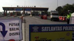 Penyekatan di exit tol Malang. Jika diketahui ada indikasi penumpang merupakan pemudik, maka petugas akan meminta pihak bersangkutan untuk putra balik. (Foto: Rubianto/Tugu Jatim)