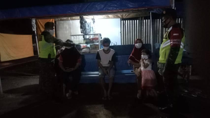 Babinsa dari Koramil 23 Sukorejo, Pasuruan menggelar operasi penegakan kedisiplinan pada Selasa (4/5/2021) malam. (Foto: Kodim Pasuruan)