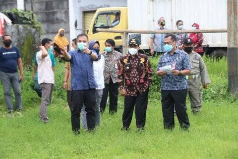 Wali Kota Malang, Sutiaji (tengah) saat tinjau lokasi di Tunggulwulung, Malang, pada Jumat (29/1/2021). (Foto: Pemkot Malang) tugujatim