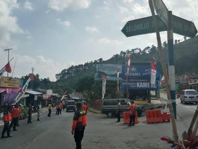 Petugas melakukan penyekatan kendaraan di jalur alternatif Kota Batu-Blitar yang dilakukan pada jam-jam tertentu yang dianggap rawan. (Foto: M Sholeh/Tugu Malang/Tugu Jatim)
