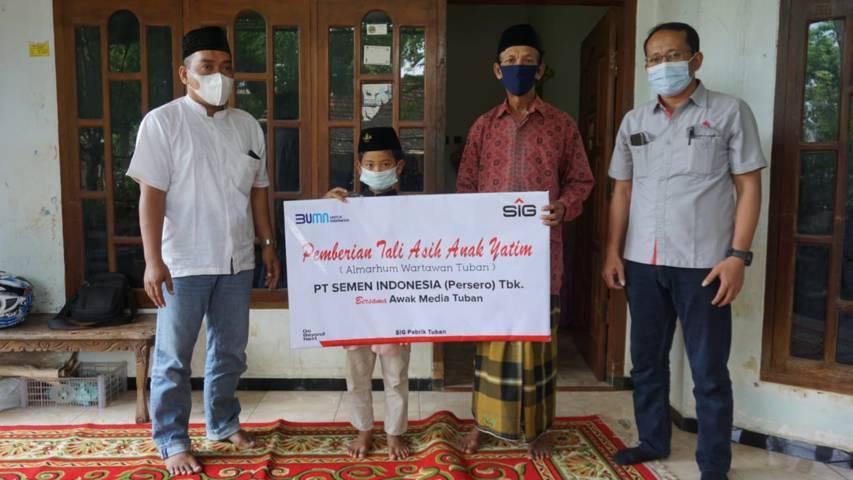 Humas SIG Pabrik Tuban, Setiawan Prasetyo didampingi Ketua RPS Tuban, Khoirul Huda mengunjungi kediaman almarhum wartawan untuk memberikan tali asih jelang Lebaran. (Foto: PT SIG)