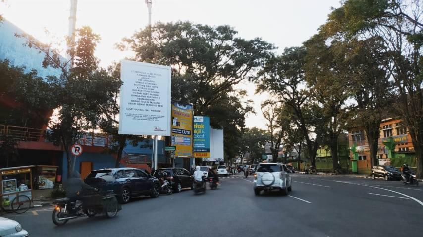 Papan reklame isi surat rindu Sal Priadi di sudut Jalan Semeru Stadion Gajayana Kota Malang. (Foto: M Ulul Azmy/Tugu Jatim)