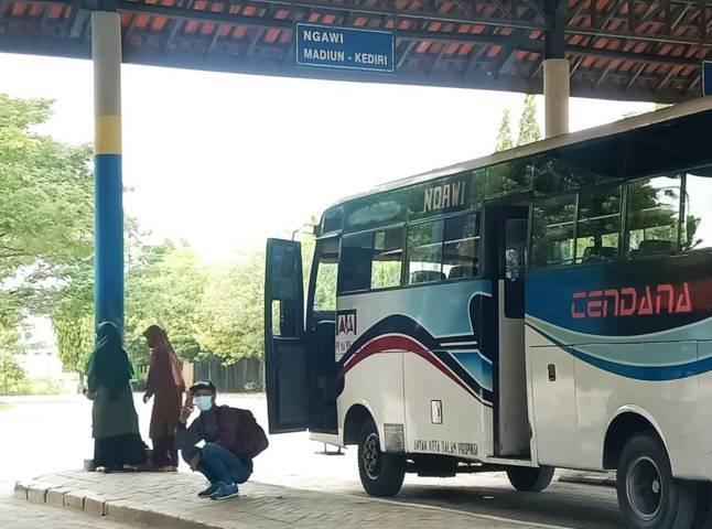 Beberapa penumpang terlihat duduk di Terminal Rajekwesi Bojonegoro untuk menunggu keberangkatan bus. (Foto: Mila Arinda/Tugu Jatim)