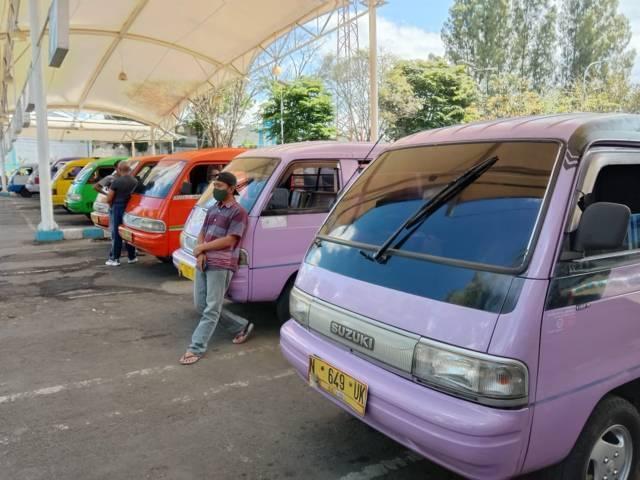 Para sopir angkot bercengkrama sambil menunggu penumpang di terminal Kota Batu. (Foto: M Sholeh/Tugu Malang/Tugu Jatim)