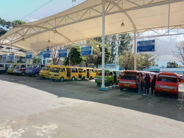 Suasana angkutan kota di Terminal Kota Batu yang sepi karena dihantam pandemi Covid-19. (Foto: M Sholeh/Tugu Malang/Tugu Jatim)